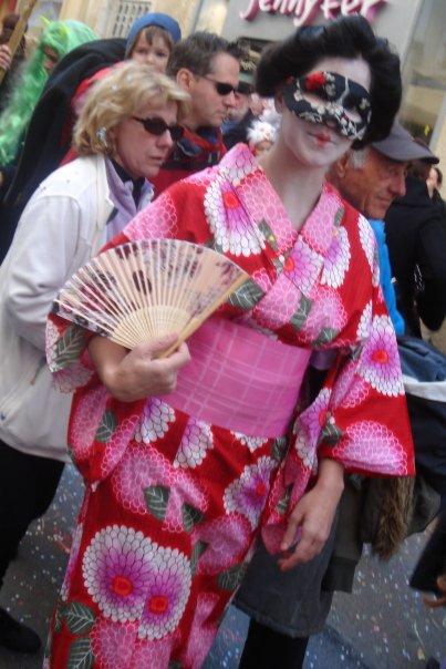 Vrai yukata japonais porté par une fausse japonaise au carnaval béarnais
